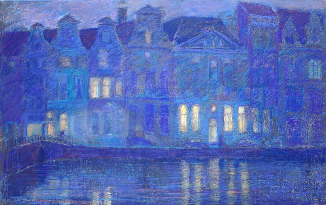 Herengracht Amsterdam met museum het Grachtenhuis in avondschemering groot formaat