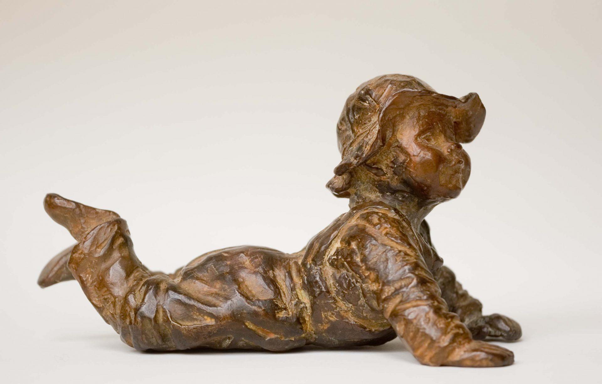 Bronzen beeld van baby liggend, teder, geboorte, geschenk