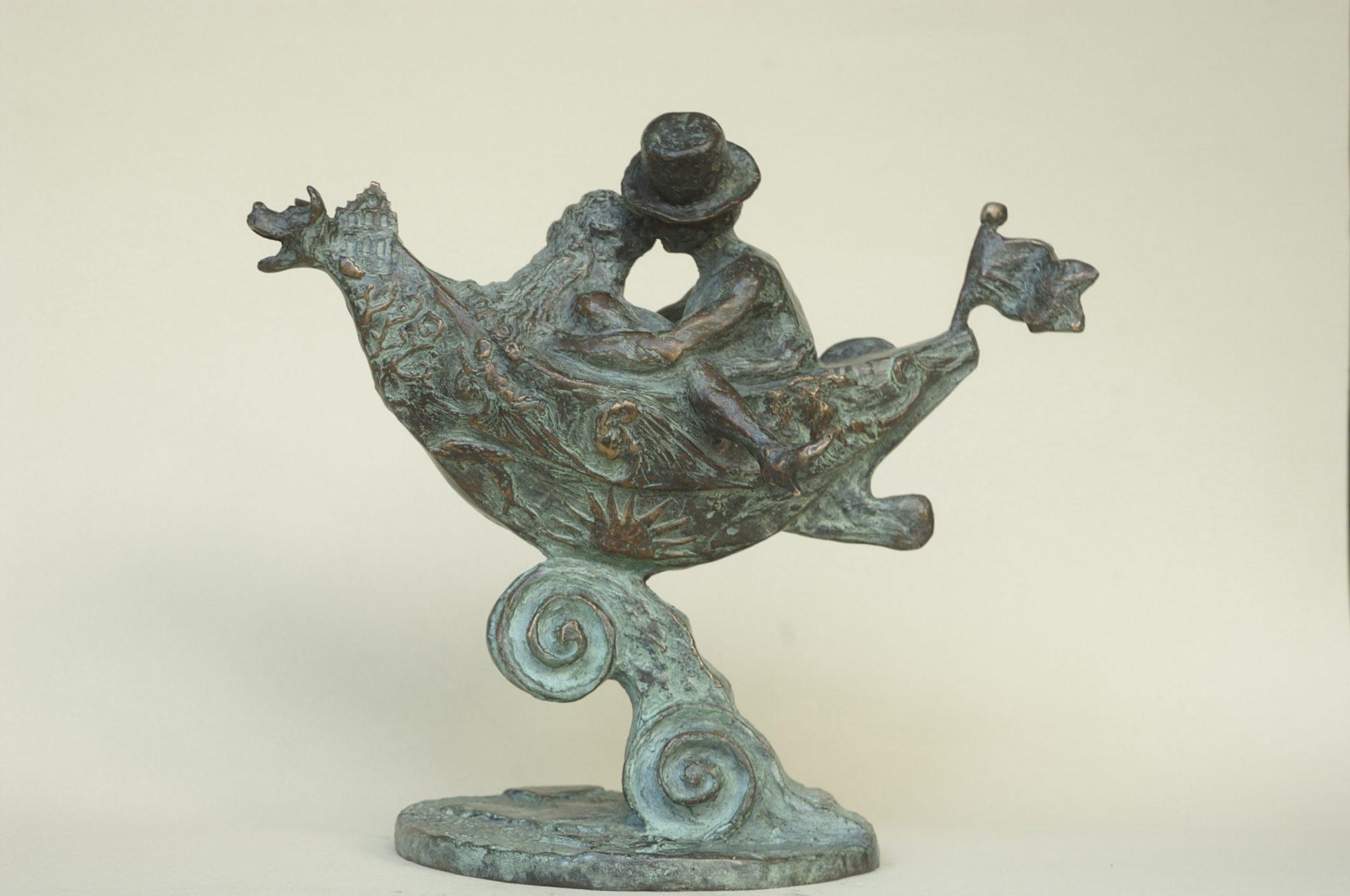 Huwelijksgeschenk, huwelijkscadeau, bronzen beeld van man en vrouw in huwelijksbootje, verliefd, humor, geestig, realistisch en fantasievol