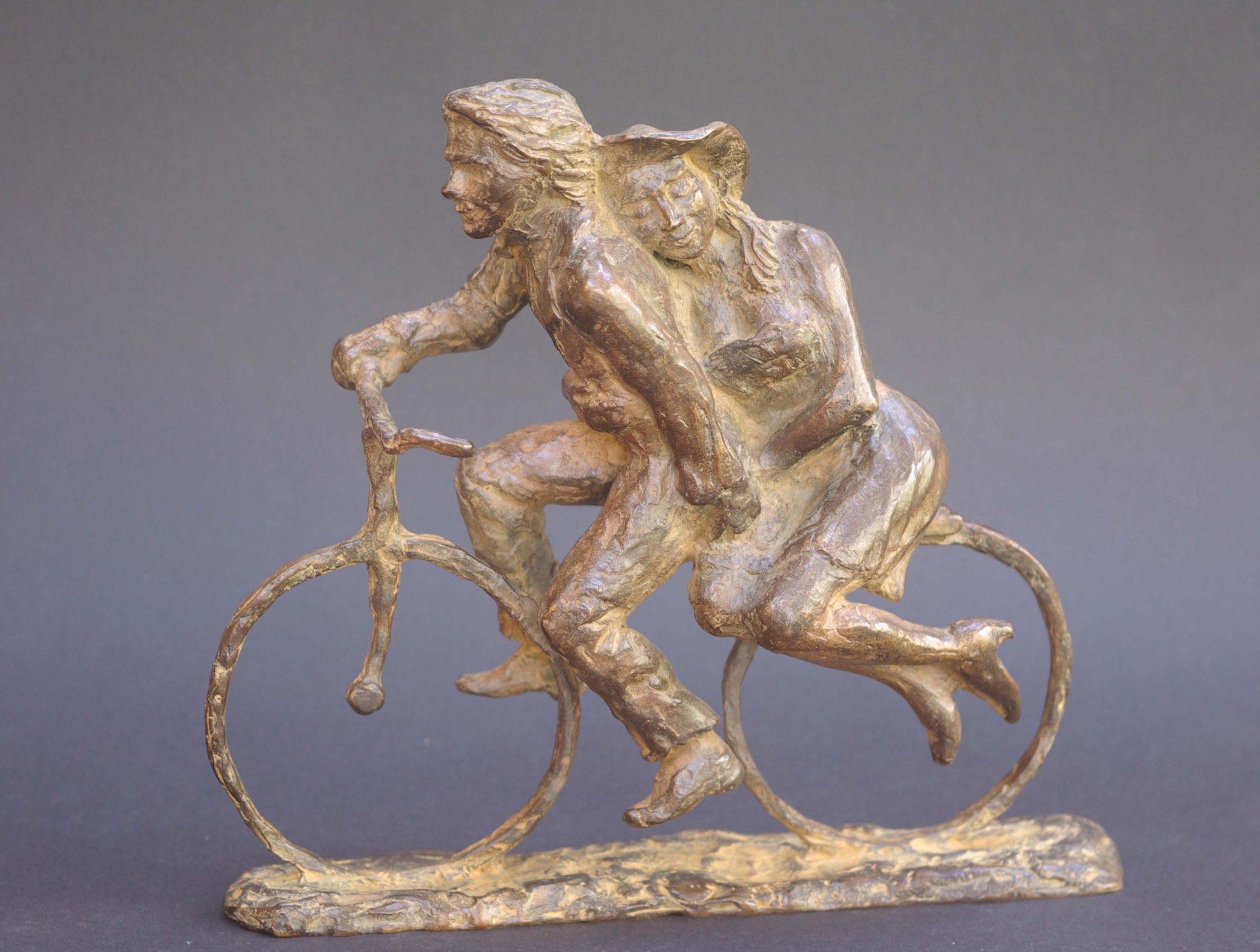 brons beeld verbeeld liefde tussen man en vrouw, huwelijk, huwelijkscadeau,intimiteit, tederheid. Trouwen,geliefden op fiets