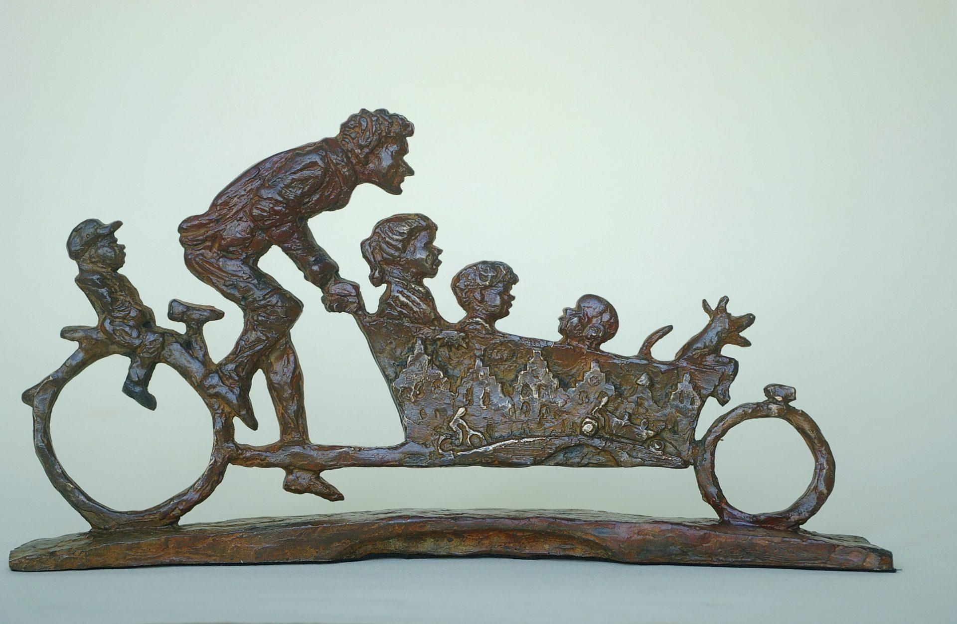 Bronzen beeld van vader met kinderen in bakfiets.geestig, humor, kunst, bons, relatiegeschenk