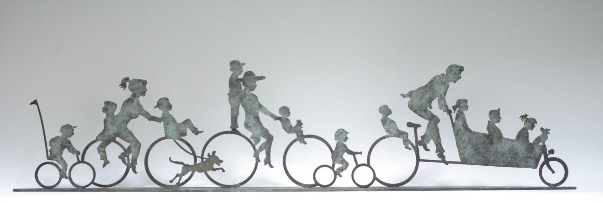 Bronzen beeld vaan Ouders die kinderen naar school fietsen met bakfiets.Vrolijk, blij, humor, geestig. Huwelijkscadeau. Kunst,brons